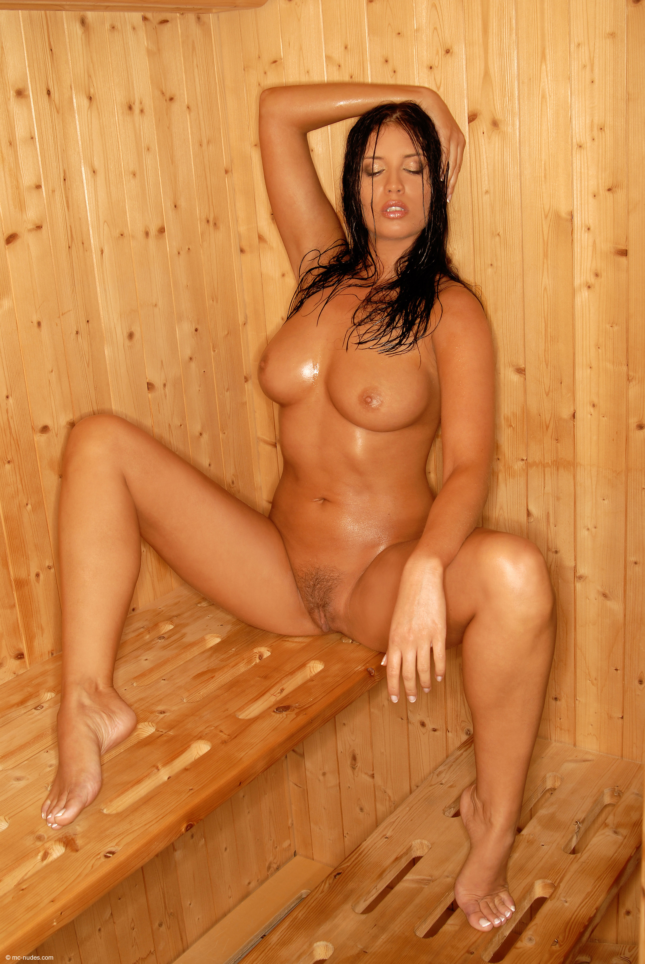 bryunetka-v-saune-porno