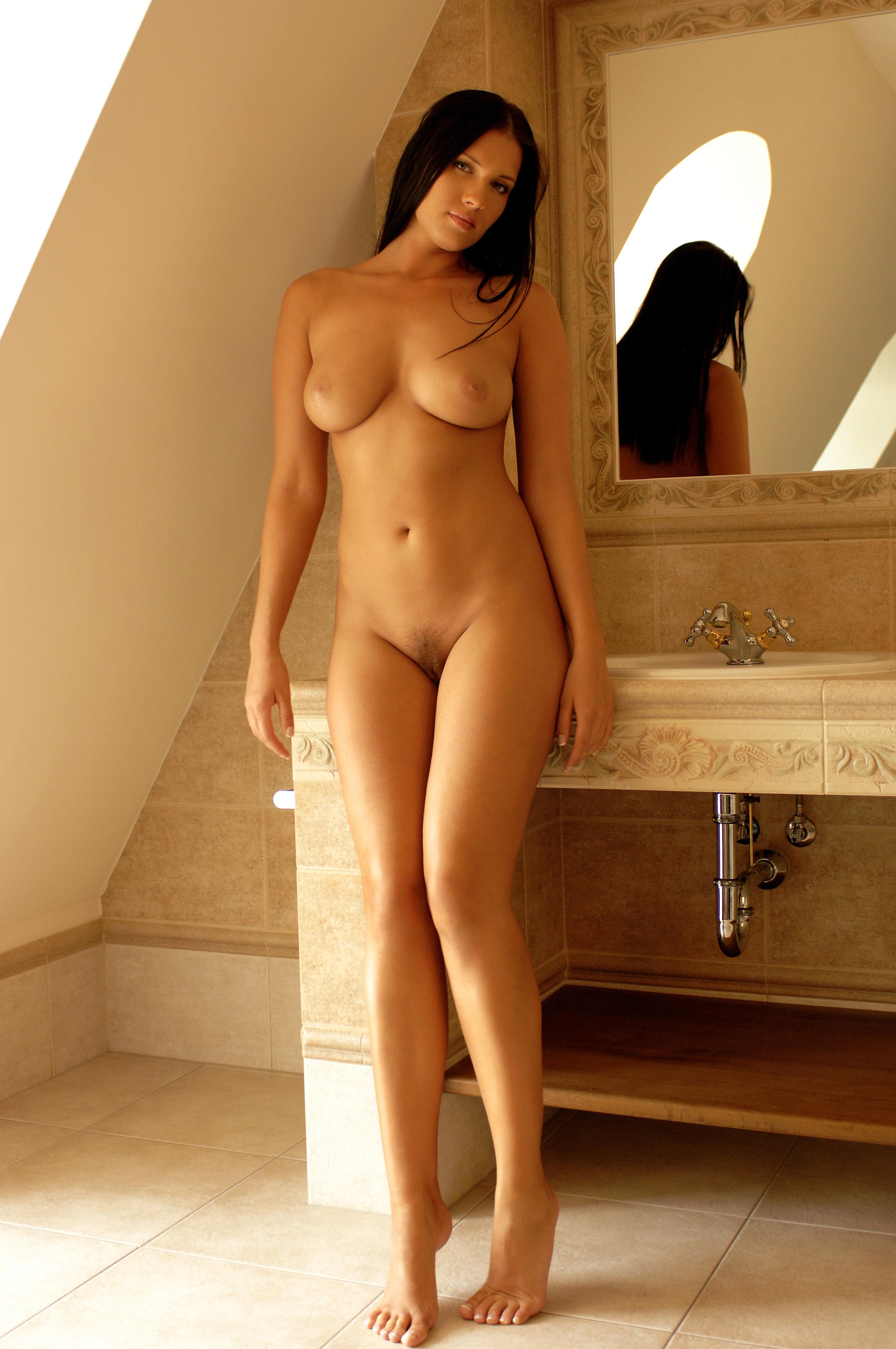 Стоячие голые девушки 13 фотография