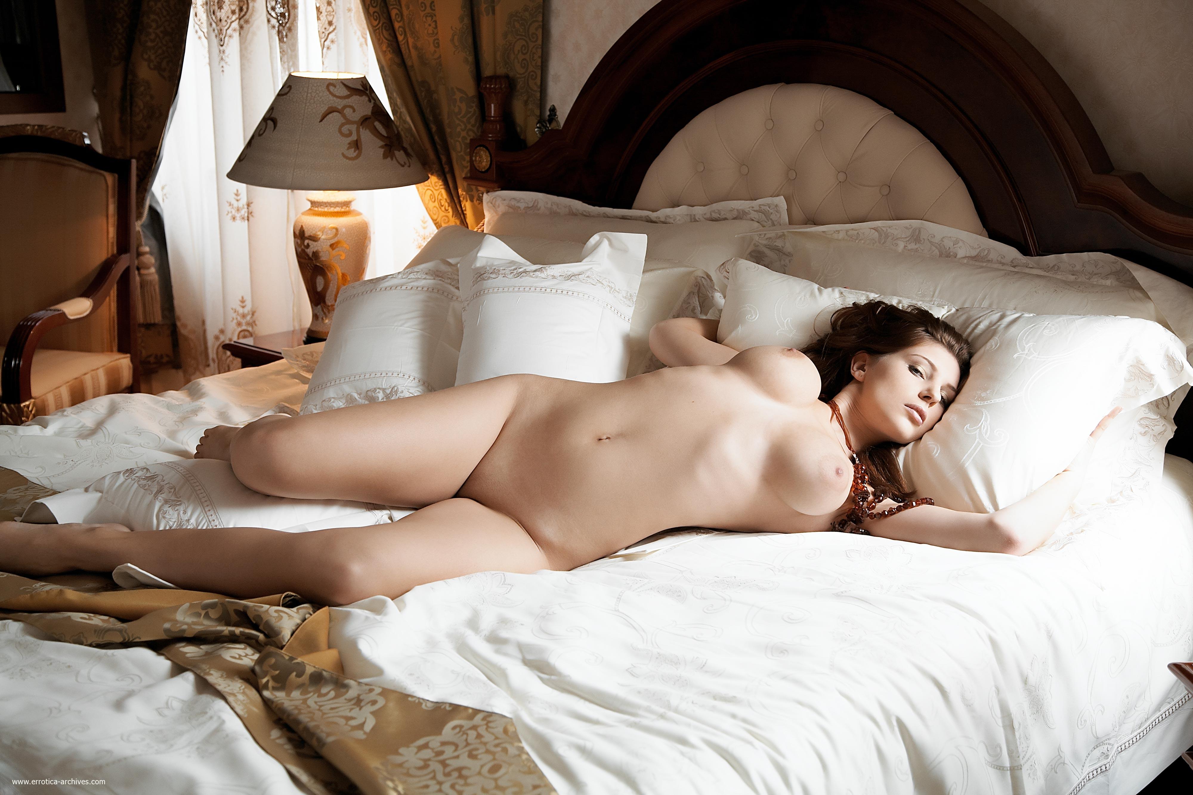 В постели голая
