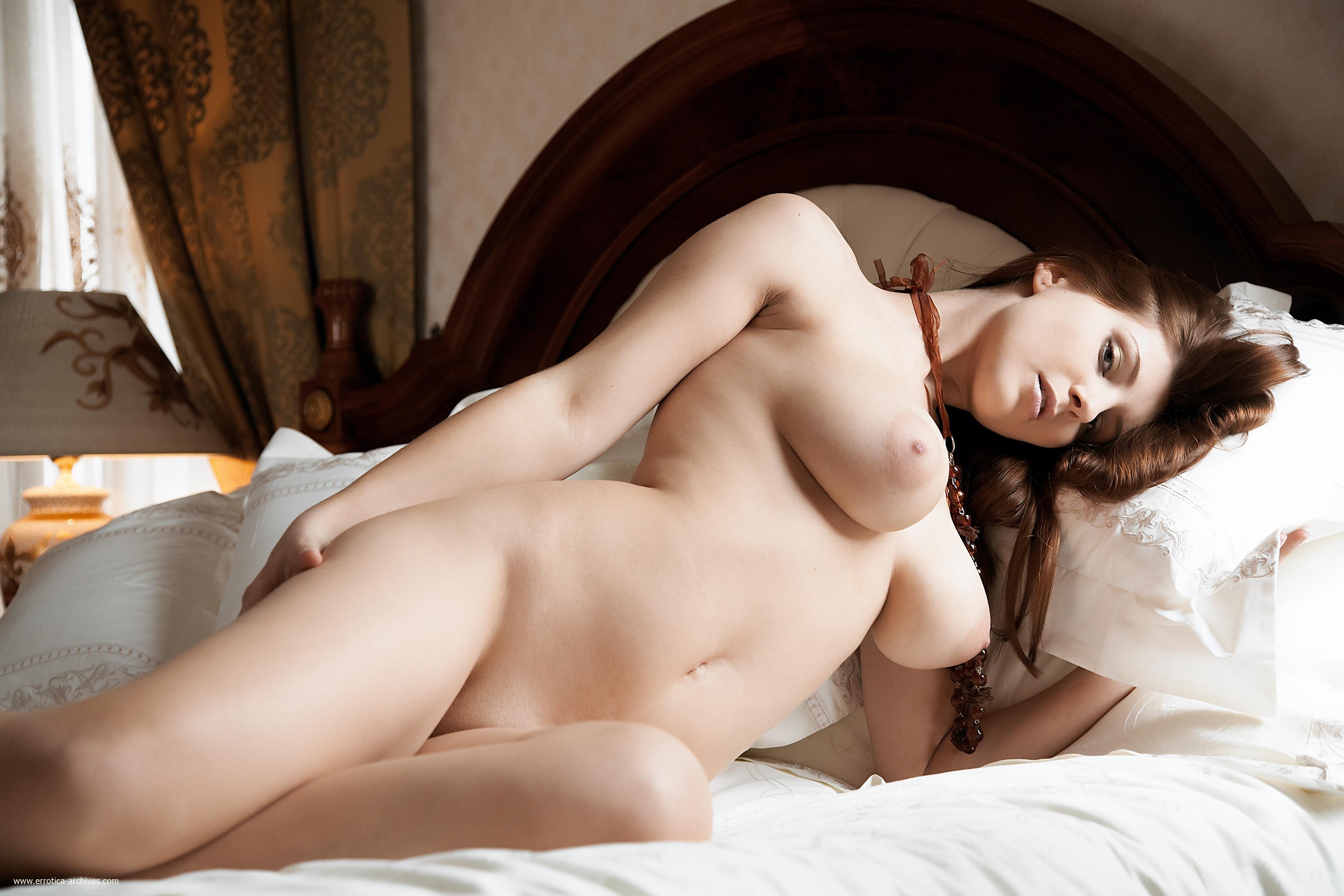 golie-nevesti-v-posteli