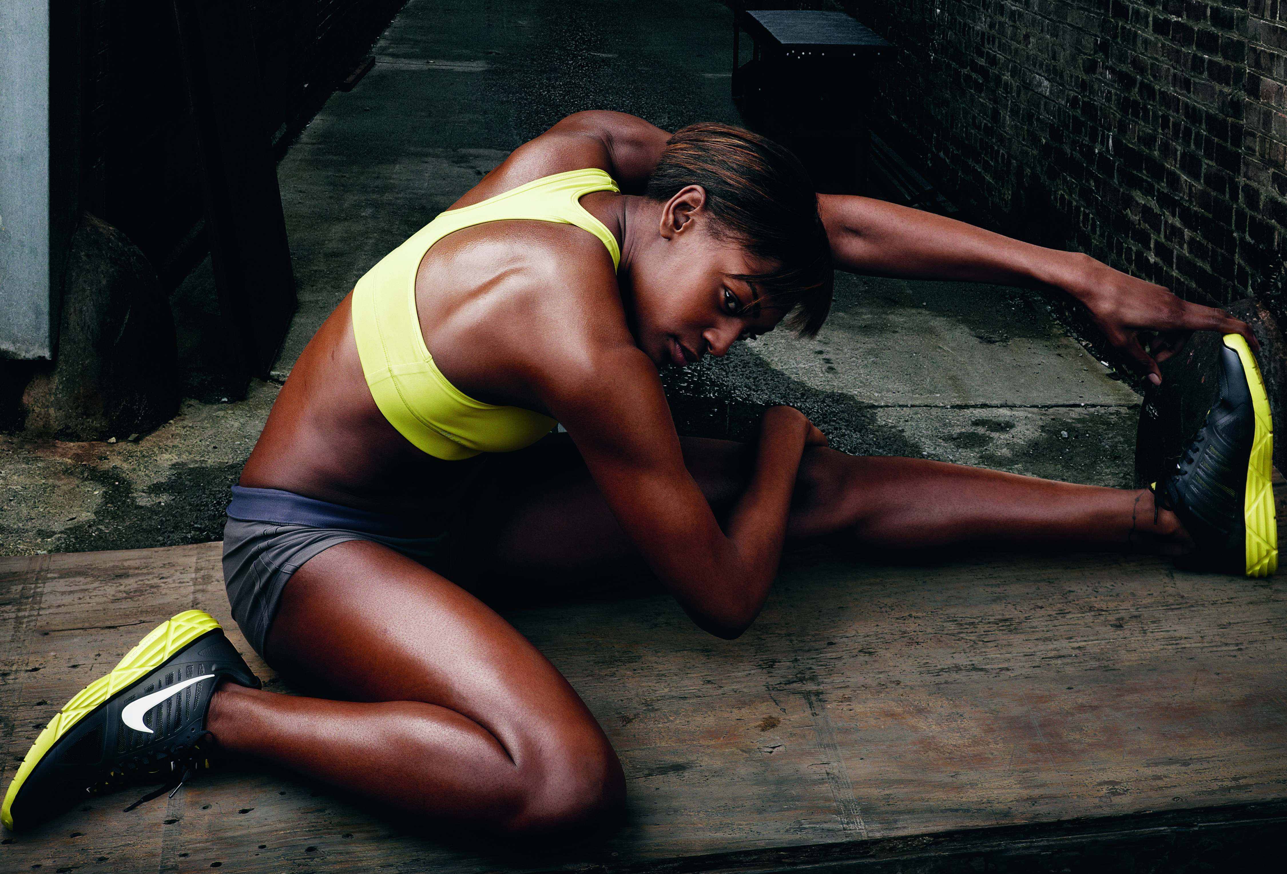 Темнокожая легкоатлетка с длинными ногтями 16 фотография