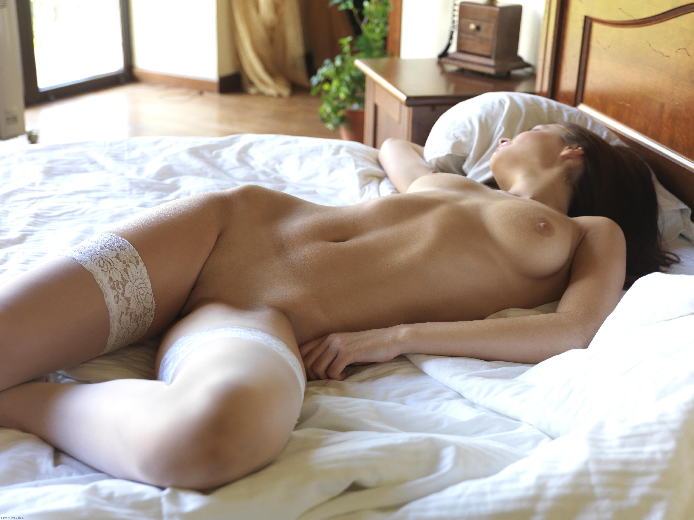 Утром в кровати голая, Видео Suzie Carina нежная голая девушка нежится 24 фотография
