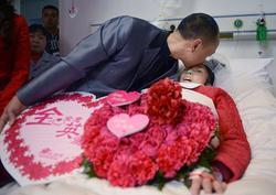 Nghẹn ngào đám cưới của cô dâu thoi thóp thở bằng bình ô xy