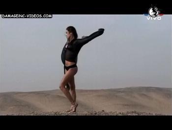 Chechu en tanga en el desierto